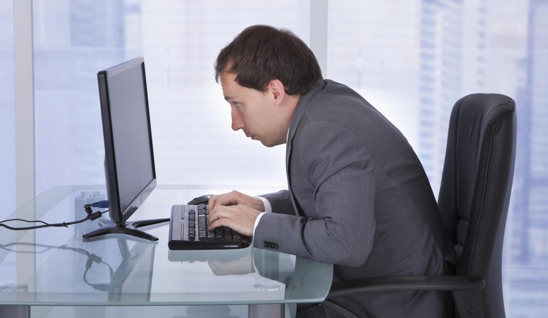 Ejercicios para relajar la espalda en la oficina  355b934cd35f